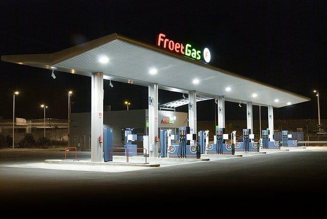 Brennstoffzellen Aktien - Tankstelle Gas mit Zapfsäulen ohen Autos