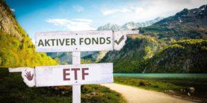 Aktiver Fonds vs. ETF Vergleich - Wegweiser links rechts mit Gebirge im Hintergrund