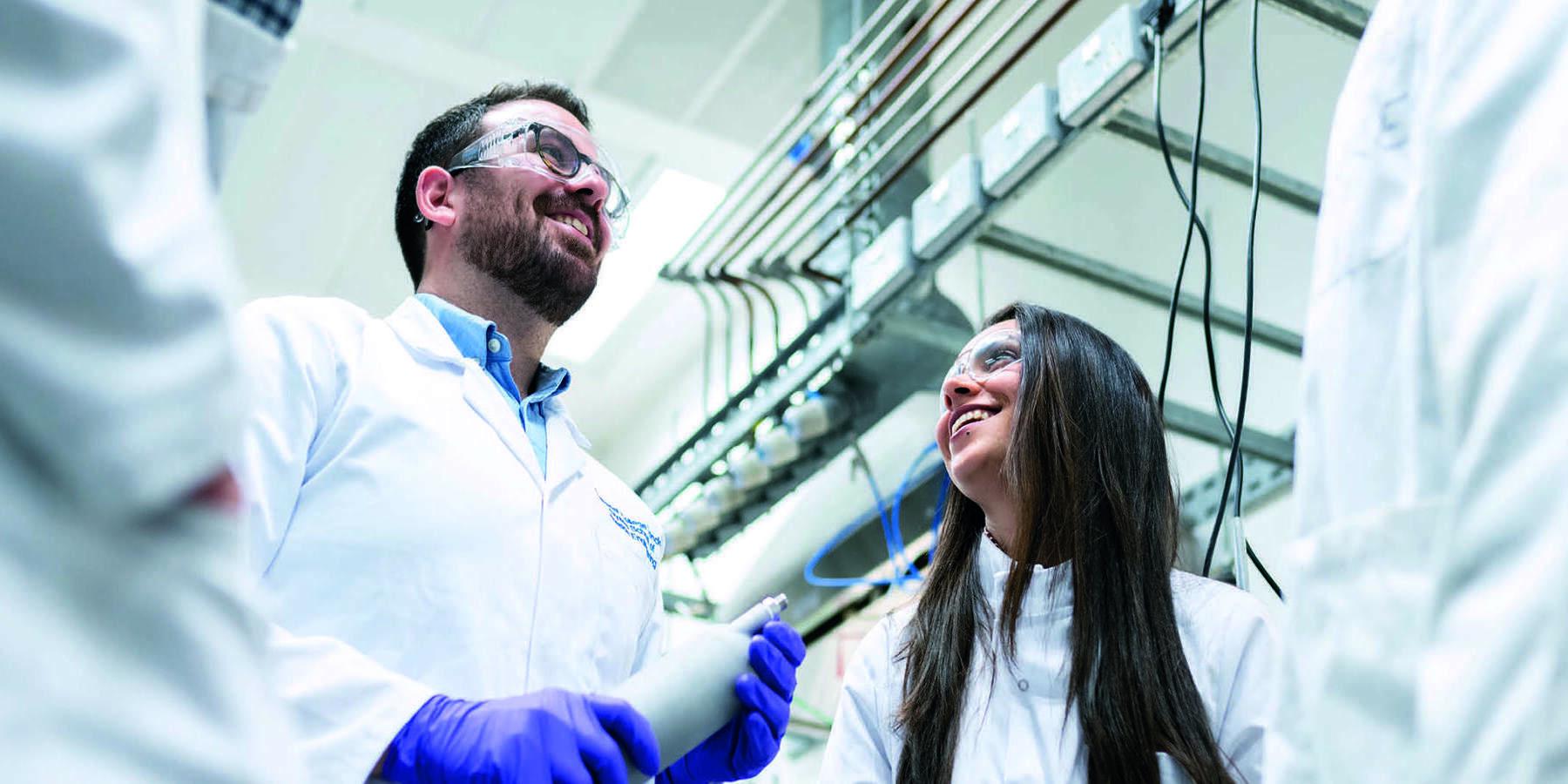 Zyklische Aktien- Pharma Labor mit Forscher und Forscherin