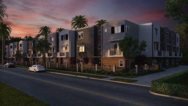 Bild von Eigentumswohnung in Wohngebiet bei Dämmerung - Immobilienfinanzierung unterstützt beim Traum vom Eigenheim