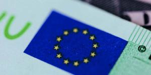 EU-Verschuldung - Bild von 100 Euro Note und Europa Flagge