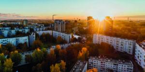 Immobilienfinanzierung Frankfurt - Aufnahme von Häusern und Wohnungen mit Sonnenuntergang am Horizont