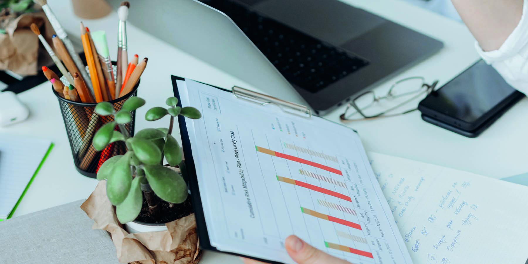 Investieren in die besten Dividendenaktien Stift Laptop Charts auf Schreibtisch