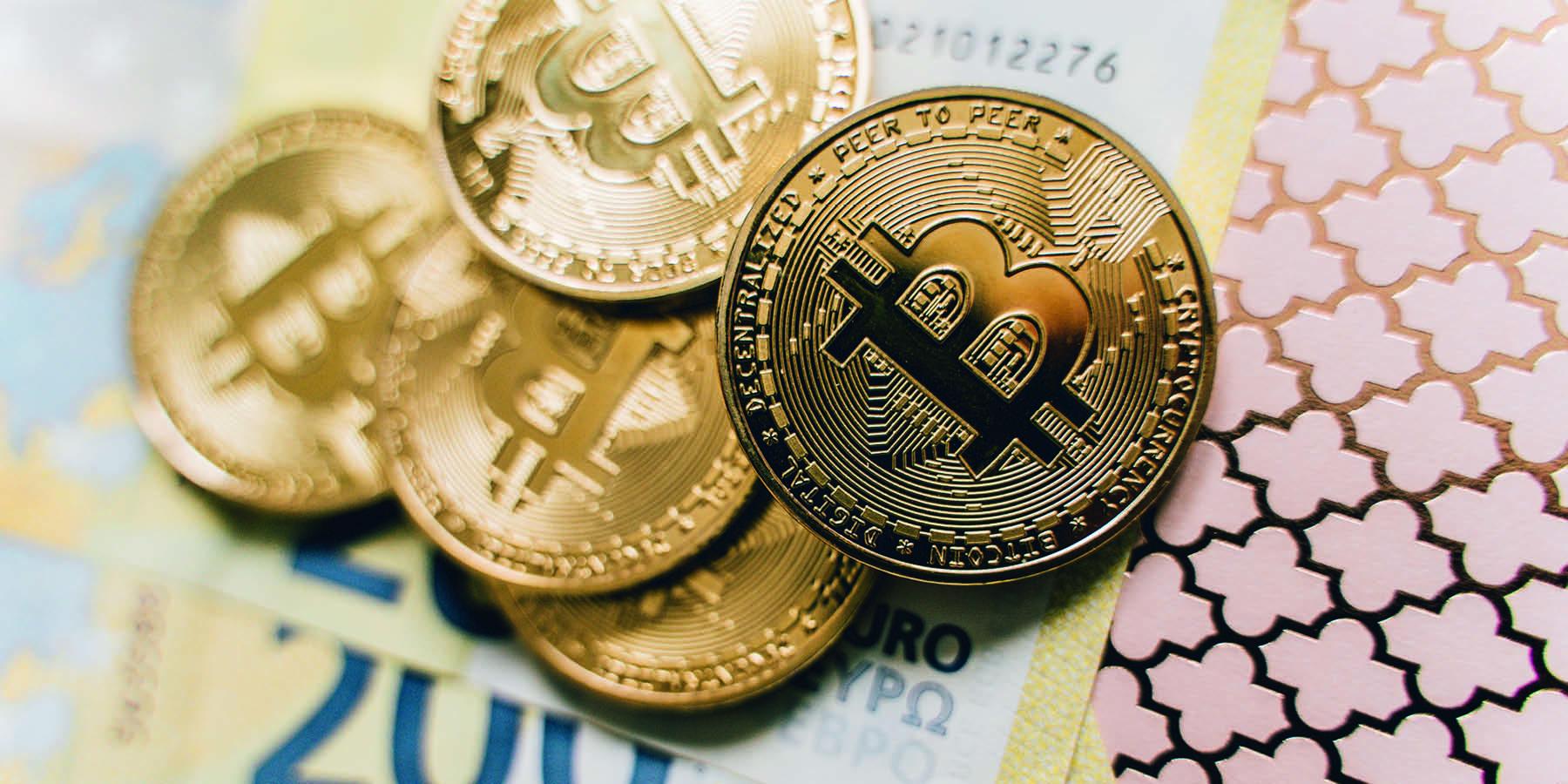 Kryptowährungen Dogecoin und Bitcoin - Geldmünzen mit Bitcoin Symbol