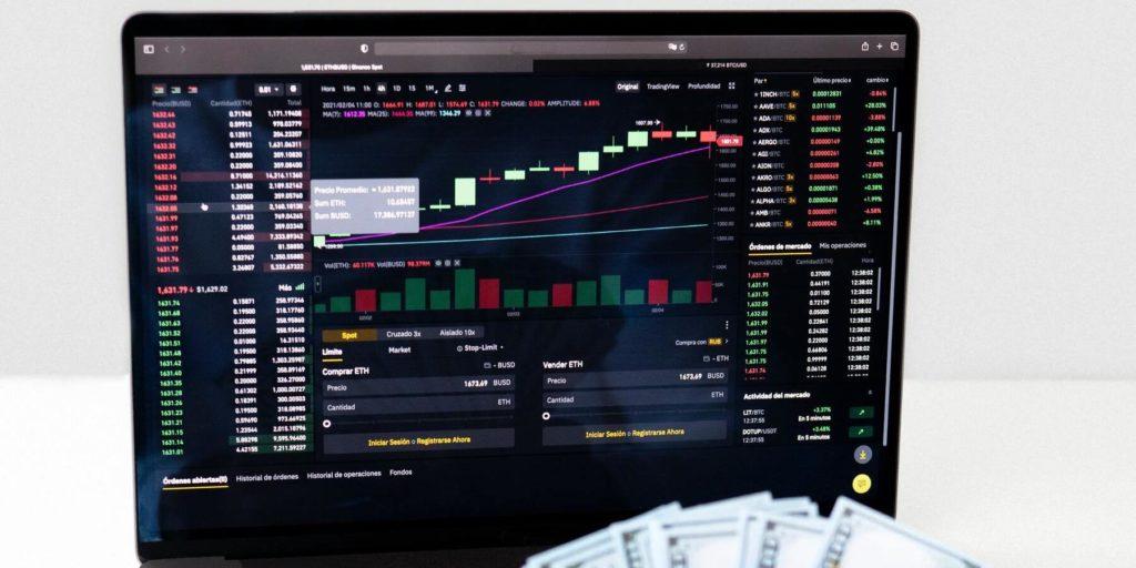 Fonds als Altersvorsorge richtig einsetzen - Charts Aktien Geldscheine