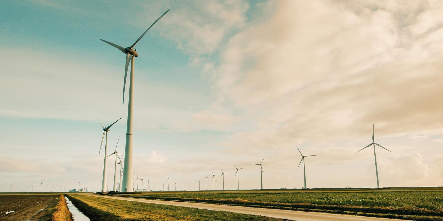 Nachhaltige Geldanlage mit neuen Moeglichkeiten - Umwelt Windmuehlen Natur