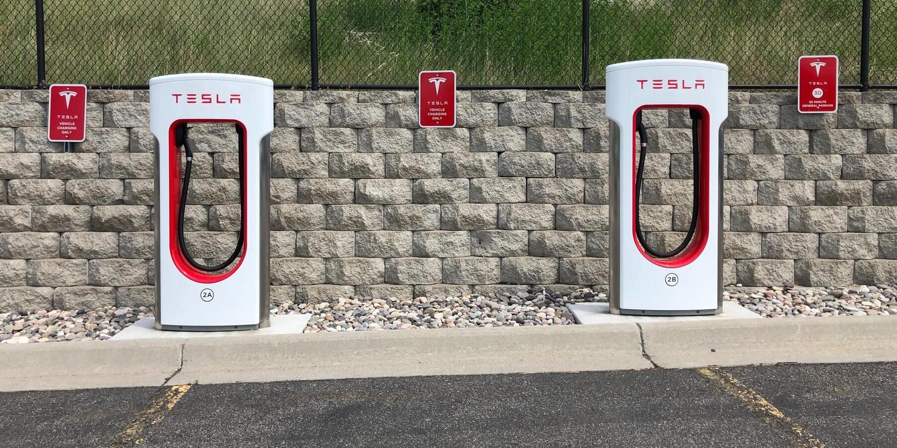 Tesla in Gruenheide verspaetet & Tech-Giganten veroeffentlichen Zahlen - Tesla Ladestation