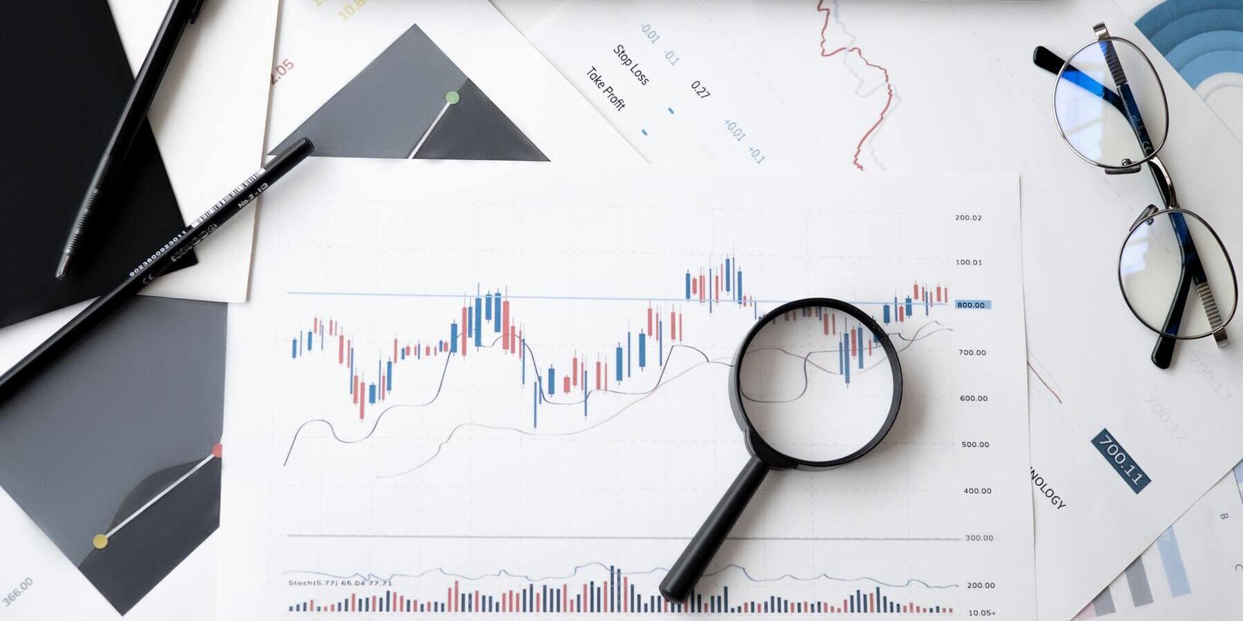 Die Angst vor steigenden Zinsen - Chart Aktien Lupe Brille