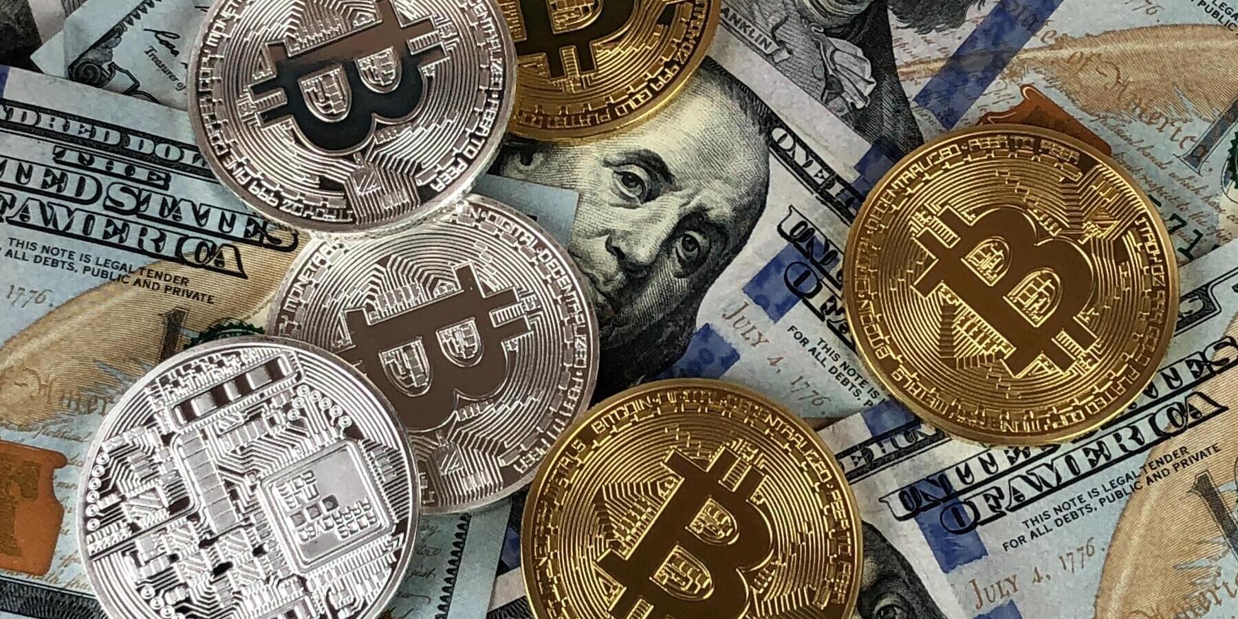 Investieren in Kryptowaehrungen mit Bitcoin Cash - Bitcoin Geldmuenzen USA Dollar Scheine