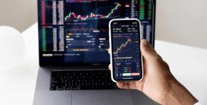 Technologie-und-Automobilkonzerne-setzen-positiven-Trend-fort-Laptop-IPhone-Aktienkurve