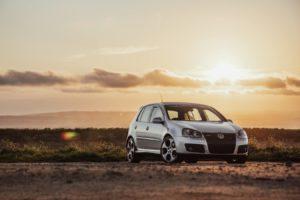 US-Börsen-im-Aufwärtskurs-&-Volkswagen-überrascht-Volkswagen-silber-Sonnenuntergang
