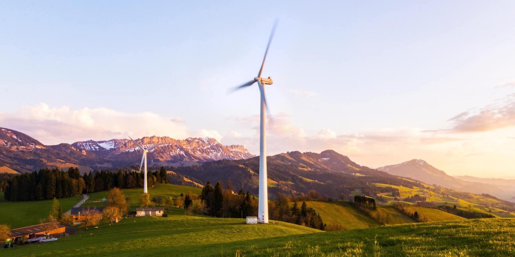 Verdacht auf Greenwashing bei der DWS - Wiese Windrad Berge Umwelt