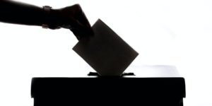 Vorlaeufiges amtliches Ergebnis der Bundestagswahl SPD siegt - Wahlurne Stimmzeittel Hand