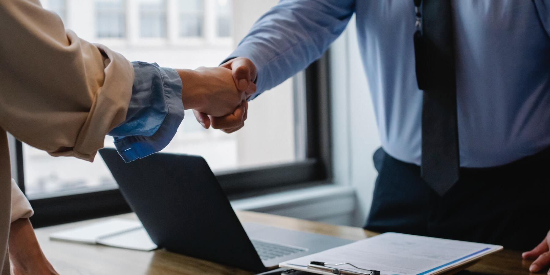 Wie funktioniert eine Vermoegensverwaltung - Haende schuetteln Vertrag