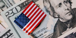 US-Grossbank-Goldman-Sachs-erwirtschaftet-hohen-Gewinn-Dollar-Schein-Flagge