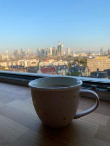 Neues Büro - Tasse und Skyline