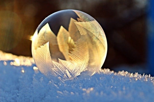 Silberblase Spekulation - Bild von Seifenblase in silber auf Schnee